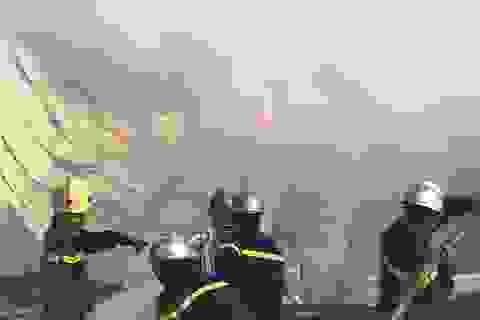 Cháy dữ dội kho phế liệu rộng 500 m2 giữa khu dân cư