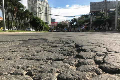 Toát mồ hôi đánh vật với con đường tai tiếng nhất Sài Gòn