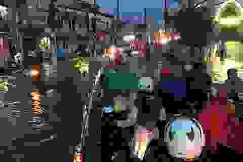 Mưa trắng trời, người Sài Gòn khốn đốn vì ngập nước, kẹt xe