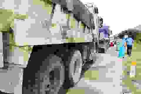 """Hàng loạt xe tải chở cát """"lộng hành"""" trên quốc lộ 27C nối Nha Trang - Đà Lạt"""
