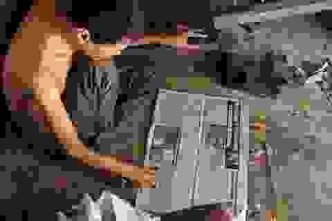 Người đàn ông tâm thần ở Hà Nội nhiều năm bị đổ rác trước nhà