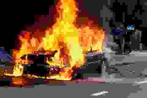 """Đang lưu thông, ô tô 4 chỗ """"bốc hỏa"""" cháy rụi"""