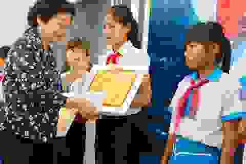 Nguyên Phó Chủ tịch nước Trương Mỹ Hoa trao học bổng cho học sinh Phú Yên