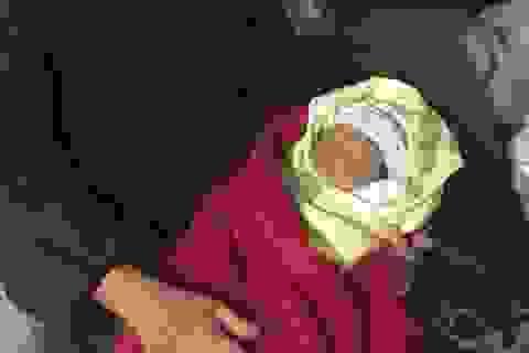 Bé gái hơn 10 ngày tuổi bị bỏ rơi ở cửa chùa