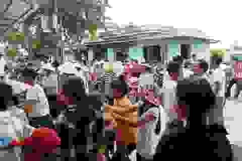 Hàng trăm người dân tập trung phản đối sáp nhập trường