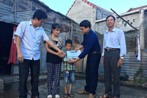 Quảng Bình: Hơn 74 triệu đồng đến với cậu bé 8 tuổi nuôi mẹ mù lòa