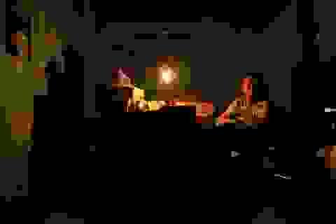 Dân vùng ngập Hà Nội: Ăn cơm dưới đèn dầu, nhà lênh láng nước