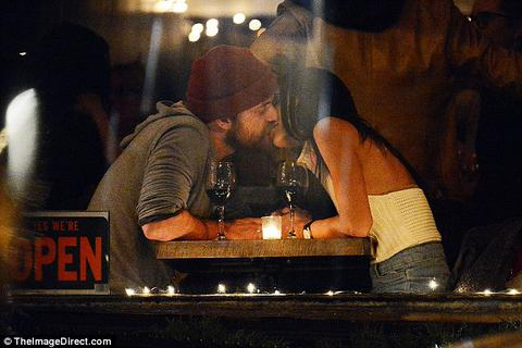 Tài tử Hollywood tình tứ hôn bạn gái mới