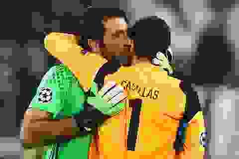 Buffon an ủi Casillas và khoảnh khắc đẹp ở đại chiến Juventus-Porto