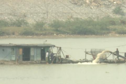 """Chủ tịch tỉnh Bắc Ninh bị đe doạ, tàu cát tập kết ồ ạt """"rút ruột"""" sông Cầu"""