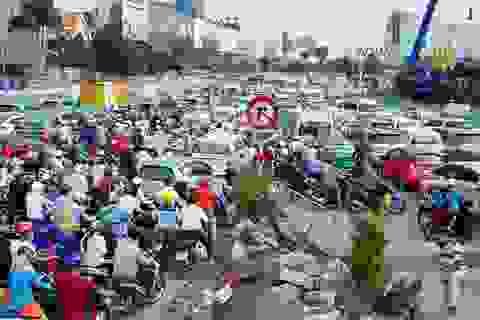 Kẹt xe, hành khách vác vali chạy bộ vào sân bay Tân Sơn Nhất