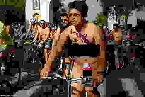 Hàng trăm người hào hứng khỏa thân đạp xe khắp thành phố