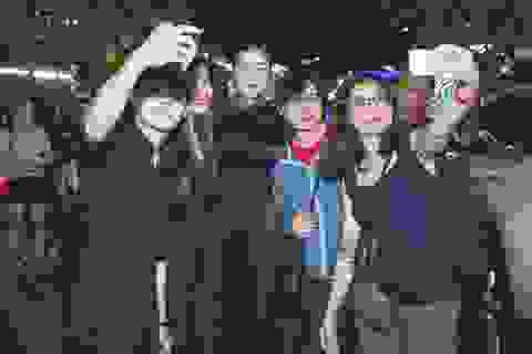 Fans vây kín Lý Nhã Kỳ tại quảng trường Nguyễn Huệ