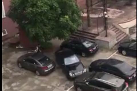 Pha ô tô rời chuồng ngoạn mục trong tình huống tưởng như không thể