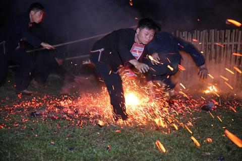 Huyền bí lễ hội nhảy lửa của người Dao đỏ