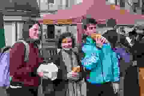 Gần 1000 sinh viên quốc tế háo hức xếp hàng thưởng thức bánh mì, phở bò Việt