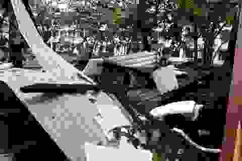 Lốc xoáy thổi tốc mái trường học và hàng chục nhà dân
