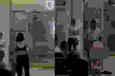 Bị chồng cũ đòi lại áo quần đã tặng, cô gái thoát y ngay nơi công cộng
