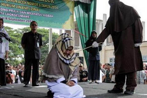 Gái có chồng bị phạt 100 roi vì... đứng gần người đàn ông khác