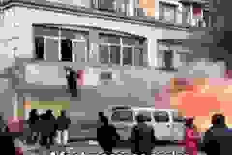 Khoảnh khắc quán massage ở Trung Quốc bốc cháy làm 18 người chết
