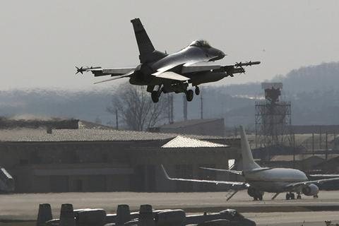 Chiến đấu cơ Mỹ thả rơi hai thùng nhiên liệu xuống hồ Hàn Quốc