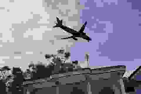 Máy bay cất hạ cánh gây sụt mái ngói hàng chục hộ dân