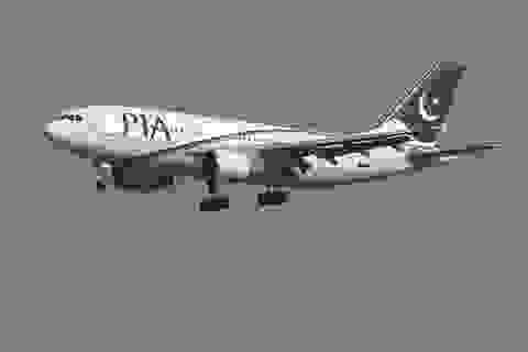 Máy bay nhồi nhét người, hành khách đứng suốt 4 giờ đồng hồ