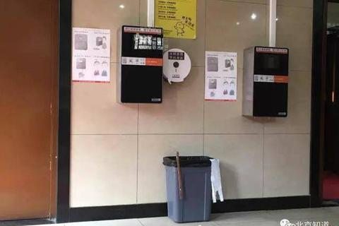 Đặt máy scan khuôn mặt trong toilet công cộng để chống trộm giấy vệ sinh