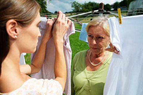 Sống chung với nàng dâu: Mẹ chồng cũng khóc