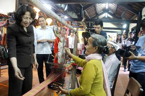 Phó Chủ tịch nước dâng hương Bà Chúa Tàm Tang