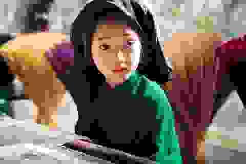 """""""Tiểu"""" Châu Tấn """"chất lừ"""" với khăn mỏ quạ, áo dài xưa"""