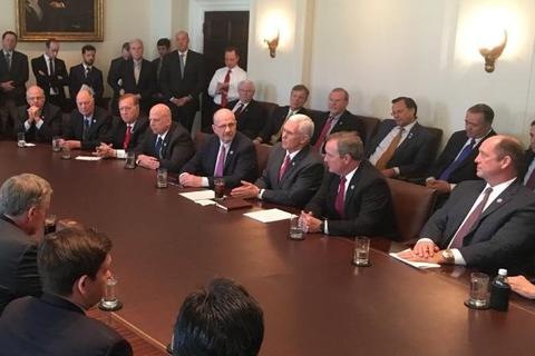 Bức ảnh hé lộ cuộc họp lạ lùng tại Nhà Trắng