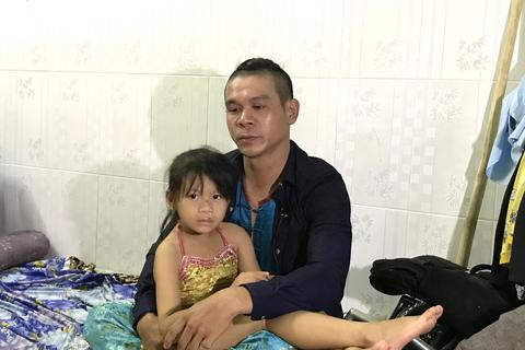 Nam nghệ sĩ hơn 200 lần… nhập viện và thà chết để con gái được đi học
