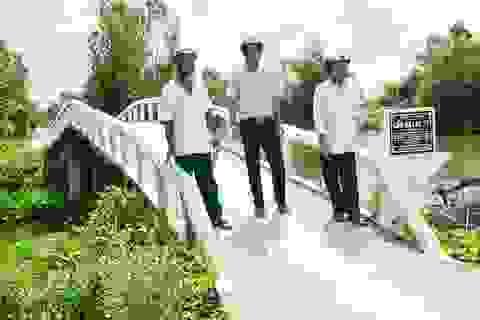 Sóc Trăng: Nhóm nông dân sáng đi xây cầu từ thiện, chiều về làm ruộng
