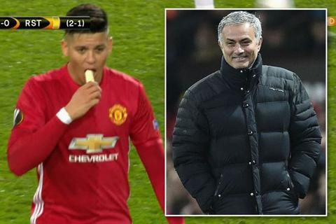 HLV Mourinho lên tiếng về việc bóc chuối cho học trò