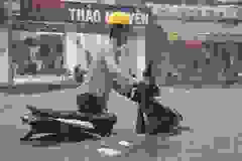 Sài Gòn mưa trắng trời, người đi đường ngã xiêu vẹo trong nước ngập