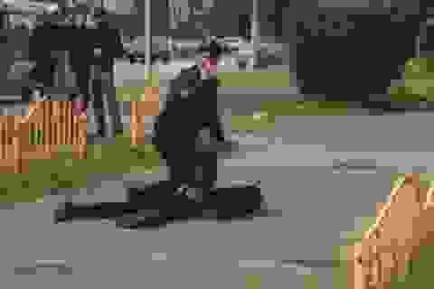 Nghi phạm 19 tuổi kích nổ trung tâm thương mại trước khi đâm dao ở Nga