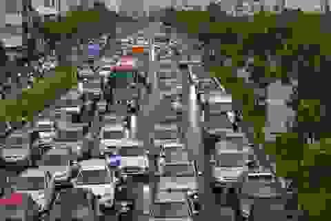 2 trận mưa dồn dập, Sài Gòn rối loạn vì ngập nước, kẹt xe