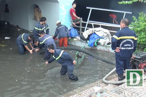 Hầm chui ngập quá gối, cảnh sát điều xe trạm bơm đến ứng cứu