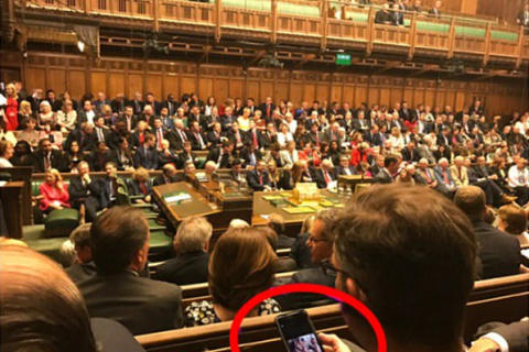 Nghị sĩ xem hình gợi cảm khi đang họp