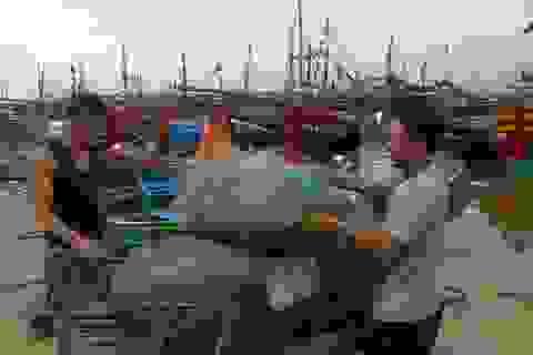 Ngư dân hối hả chuẩn bị cho những chuyến ra khơi bám biển