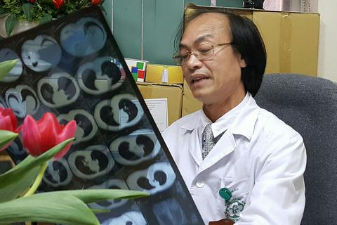 Bác sĩ chỉ cách nhận diện cơn ho cần dùng thuốc hay không khi trời nồm