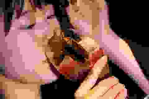 """Nhà hàng Nhật phục vụ """"món mới"""" - côn trùng chết - cho các cặp tình nhân"""