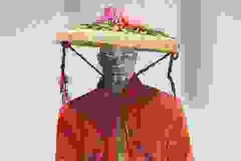Nón quai thao, mấn Việt xuất hiện trên sàn diễn thời trang quốc tế