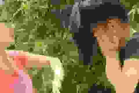 Nữ sinh đánh bạn giữa đường, quay phát trực tiếp trên facebook