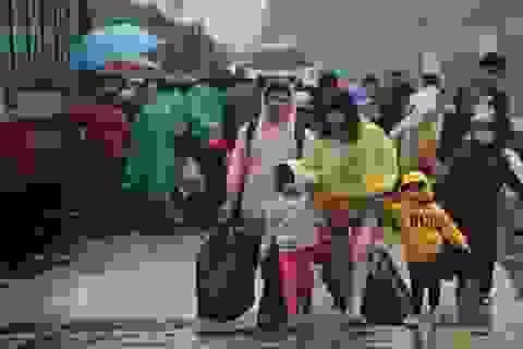 """Ùn ùn """"kéo nhau"""" đội mưa trở lại Sài Gòn"""