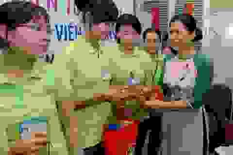 Thêm nhiều phần quà Tết từ Quỹ Nhân ái đến với các giáo viên nghèo