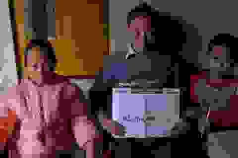 Gần 93 triệu đồng đến với 2 đứa trẻ có mẹ chết, bố tâm thần