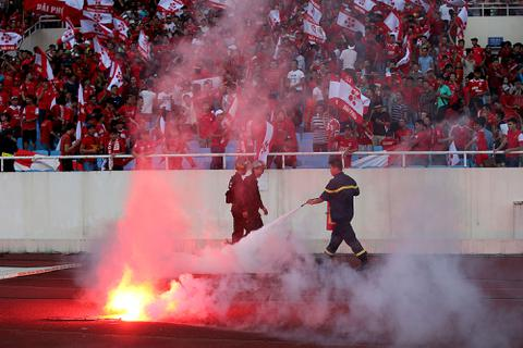 CĐV Hải Phòng ném pháo sáng, thách thức BTC giải V-League