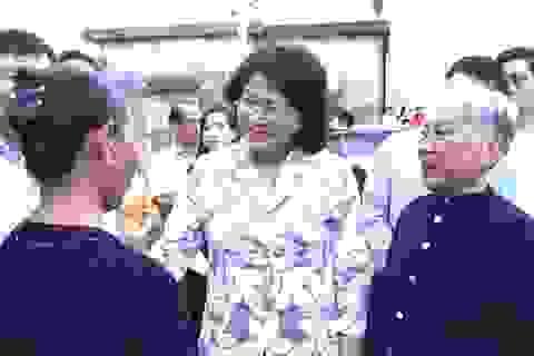 Phó Chủ tịch nước Đặng Thị Ngọc Thịnh động viên người dân vùng bão